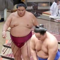 琴勝峰(右)に送り出しで敗れて厳しい表情を見せる御嶽海=東京・両国国技館で2020年11月17日、宮武祐希撮影