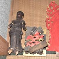 本堂の入り口付近にバラバラになって転がっていた仁王像=埼玉県戸田市美女木の寺院で2020年11月12日午前11時7分、中川友希撮影