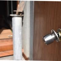 本堂入り口のドアは内側ノブが壊されていた=埼玉県戸田市美女木の寺院で2020年11月12日午前11時5分、中川友希撮影