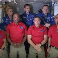 国際宇宙ステーションと地上の交信でメッセージを送る野口聡一宇宙飛行士(前列右端)=日本時間17日午後、NASAテレビから
