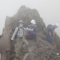 平成新山の山頂で1994年に生成された岩尖(がんせん)を確認する九州大地震火山観測研究センターの清水洋センター長(左)=長崎県雲仙市で2020年11月17日午後1時12分、近藤聡司撮影