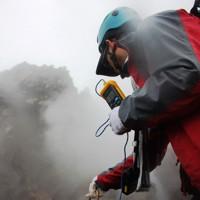 溶岩ドームから立ち上る噴気の温度を調べる火山研究者=長崎県雲仙市で2020年11月17日午後0時2分、近藤聡司撮影