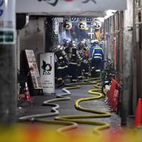 消火活動に当たる消防隊員ら=大阪市北区で2020年11月18日午前0時11分、平川義之撮影