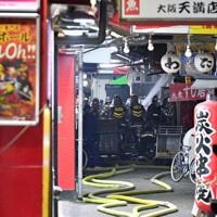 消火活動に当たる消防隊員ら=大阪市北区で2020年11月18日午前0時2分、平川義之撮影