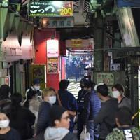 騒然とする火災現場付近=大阪市北区で2020年11月18日午前0時13分、平川義之撮影