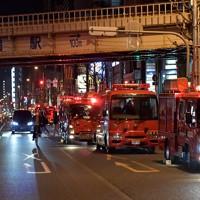 騒然とする火災現場付近=大阪市北区で2020年11月18日午前0時1分、平川義之撮影