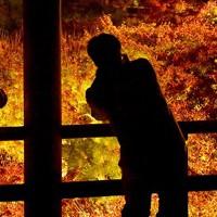 ライトアップされた紅葉を通天橋から眺める人たち=京都市東山区の東福寺で2020年11月18日午後5時40分、川平愛撮影