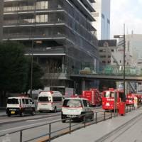 火災があった「虎ノ門ヒルズ レジデンシャルタワー」(左)=東京都港区で2020年11月18日午前7時35分、土江洋範撮影