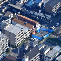 発砲事件のあった建物(中央)=兵庫県尼崎市で2020年11月18日午前9時29分、本社ヘリから