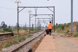 架線がなくなったアングラース駅。地元の若者たちがホームで談笑していた=南アフリカ・ヨハネスブルクで2020年10月26日、平野光芳撮影
