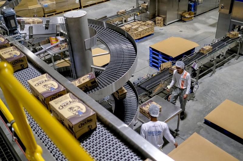 通販の拡大で物流支援サービスも伸びる(Bloomberg)