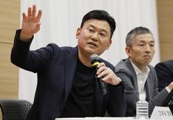 楽天の三木谷浩史会長兼社長(左)と楽天モバイルの山田善久社長