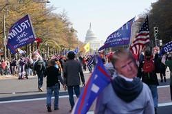 トランプ支持者は、バイデン氏の勝利に反対するデモを繰り広げた(Bloomberg)