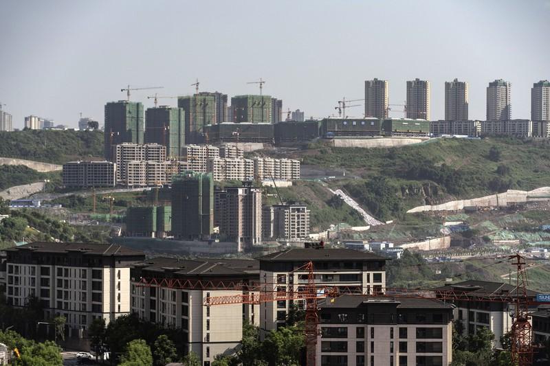 景気対策で公共事業が増えている(Bloomberg)