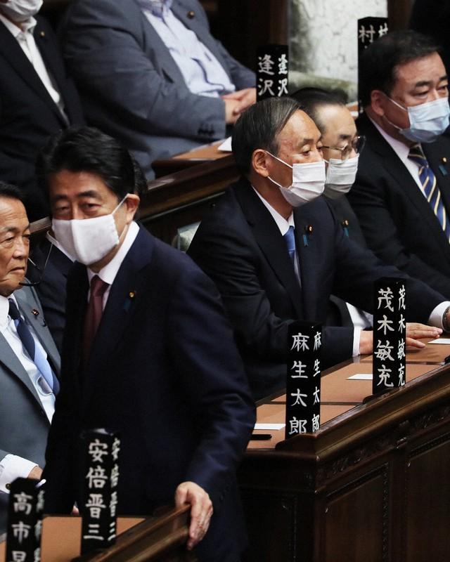バイデン氏の当選確実を受け、菅義偉首相(中央)は安倍晋三前首相との距離を置きやすくなった