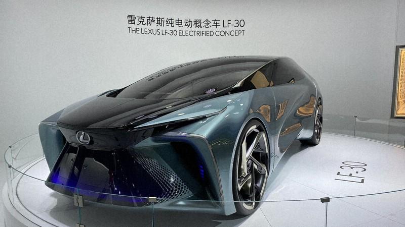 北京モーターショーでトヨタ自動車が公開したレクサスの電気自動車=北京市内で2020年9月30日、米村耕一撮影
