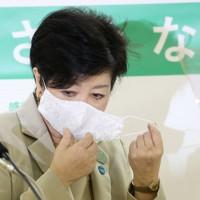記者会見で新型コロナウイルス対策などを説明する小池百合子東京都知事=東京都庁で2020年11月19日午後5時24分、佐々木順一撮影