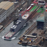 進水式が行われた新型護衛艦「くまの」=岡山県玉野市で2020年11月19日午後1時4分、本社ヘリから加古信志撮影