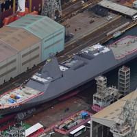 進水式が行われた新型護衛艦「くまの」=岡山県玉野市で2020年11月19日午後1時2分、本社ヘリから加古信志撮影