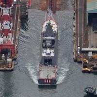 進水式が行われた新型護衛艦「くまの」=岡山県玉野市で2020年11月19日午後1時5分、本社ヘリから加古信志撮影