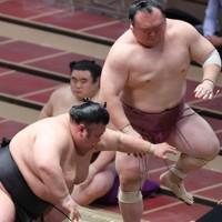 貴景勝(左)が突き出しで宝富士を降す=東京・両国国技館で2020年11月19日、宮武祐希撮影