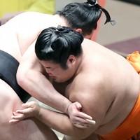 竜電(左)を下手出し投げで破った志摩ノ海=東京・両国国技館で2020年11月19日、宮武祐希撮影