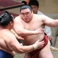 玉鷲(左)を寄り切りで降した隆の勝=東京・両国国技館で2020年11月19日、宮武祐希撮影
