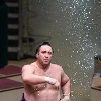 北勝富士との取り組み前に塩をまく栃ノ心=東京・両国国技館で2020年11月19日、宮武祐希撮影