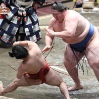 逸ノ城(右)が突き落としで炎鵬を破る=東京・両国国技館で2020年11月19日、宮武祐希撮影