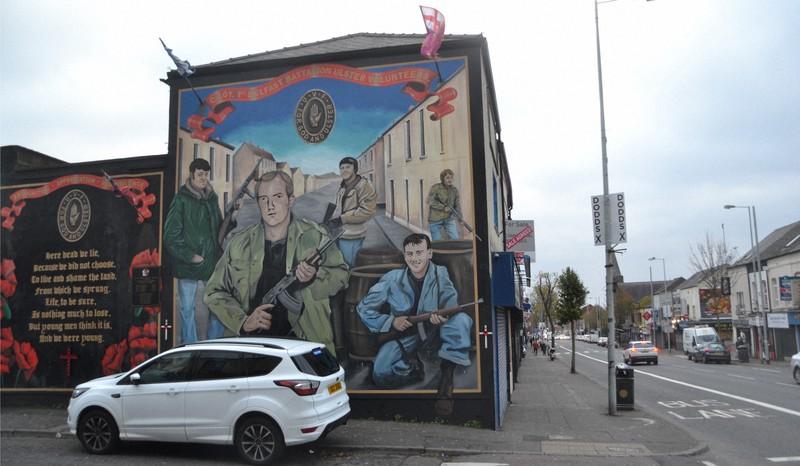 プロテスタント住民の集住地域では、プロテスタント系過激派組織を描いた壁画などが目につく=北アイルランドの中心都市ベルファストで2019年11月、服部正法撮影