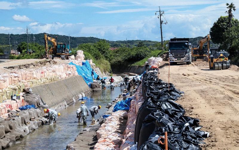 台風で堤防が決壊した岡山県倉敷市真備町の末政川場 幾島健太郎撮影