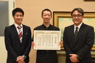 「21世紀枠」の県推薦校に選ばれ表彰状を手にする萩商工野球部の宮本生主将(中央)