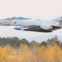 飛行訓練を行う航空自衛隊の戦闘機「F4EJファントム」。12月末で運用を終える=茨城県小美玉市の航空自衛隊百里基地で2020年11月20日、玉城達郎撮影