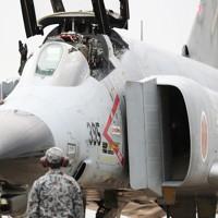 飛行訓練へ向かう航空自衛隊の戦闘機「F4EJファントム」。12月末で運用を終える=茨城県小美玉市の航空自衛隊百里基地で2020年11月20日、玉城達郎撮影