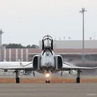 飛行訓練を終えた航空自衛隊の戦闘機「F4EJファントム」。12月末で運用を終える=茨城県小美玉市の航空自衛隊百里基地で2020年11月20日、玉城達郎撮影