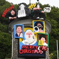 「うろこの家」に設置された世相サンタ=神戸市中央区で2020年11月20日午前10時14分、望月亮一撮影