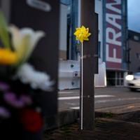 「世界道路交通犠牲者の日」に合わせて、県警が死亡事故現場に設置した黄色い風車。手前は手向けられた花束=秋田市で2020年11月11日、小川昌宏撮影