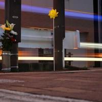 「世界道路交通犠牲者の日」に合わせて、県警が死亡事故現場に設置した黄色い風車。左は手向けられた花束=秋田市で2020年11月11日、小川昌宏撮影