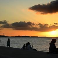 休日は夕日を眺めに多くの人たちが訪れ、穏やかな時間が流れる=沖縄県浦添市で2020年11月、徳野仁子撮影