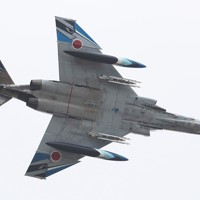 飛行訓練をする航空自衛隊の戦闘機「F4EJファントム」=茨城県小美玉市の百里基地で2020年11月20日、玉城達郎撮影