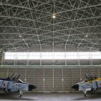 飛行訓練をする航空自衛隊の戦闘機「F4EJファントム」=茨城県小美玉市の航空自衛隊百里基地で2020年11月20日、玉城達郎撮影