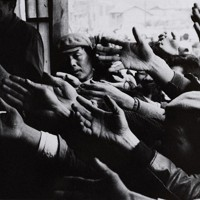 大阪・西成区の労働者街を撮り続けた井上青龍氏の作品「釜ケ崎」(1961年)=ピアソン氏の収集品から、入江泰吉記念奈良市写真美術館提供