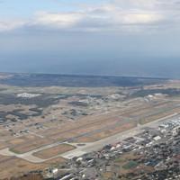 米軍三沢基地。同基地の所属部隊が使う臨時訓練空域が2019年6月から拡大された=青森県三沢市で2020年11月7日、本社機「希望」から後藤由耶撮影