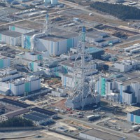 2019年11月、米軍F16戦闘機が模擬弾を落下させた地点から北に約10キロの場所には、日本原燃の使用済み核燃料再処理工場がある=青森県六ケ所村で2020年11月7日、本社機「希望」から後藤由耶撮影