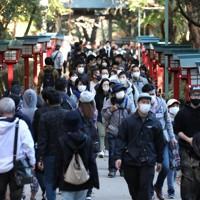 3連休の初日、大勢の人でにぎわう高尾山=東京都八王子市で2020年11月21日午後1時29分、喜屋武真之介撮影