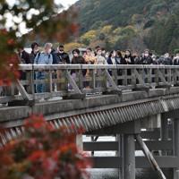3連休の初日、京都の嵐山を訪れた大勢の観光客=京都市右京区で2020年11月21日午後0時17分、小出洋平撮影