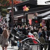 見ごろを迎えた京都・嵐山を訪れる観光客=京都市右京区で2020年11月21日午前11時13分、小出洋平撮影