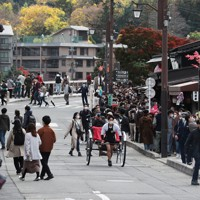 見ごろを迎えた京都・嵐山を訪れる観光客=京都市右京区で2020年11月21日午後0時18分、小出洋平撮影