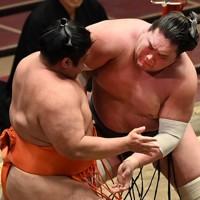 照ノ富士(右)が寄り切りで志摩ノ海を降す=東京・両国国技館で2020年11月21日、大西岳彦撮影