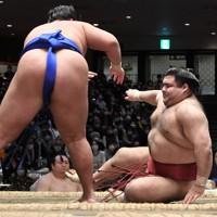 押し倒しで琴勝峰(左)に敗れる高安=東京・両国国技館で2020年11月21日、竹内紀臣撮影